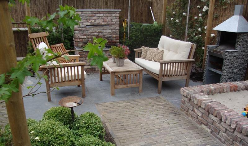 Kleine tuin in nieuwbouwwijk met nostalgische uitsraling uitgevoerd ...